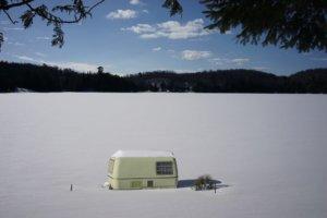 Wohnwagen im Schnee